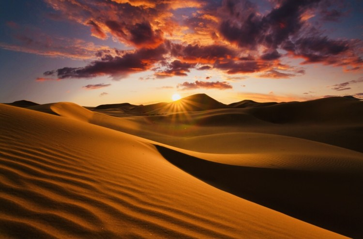 Magic in the desert: from sunset to dawn